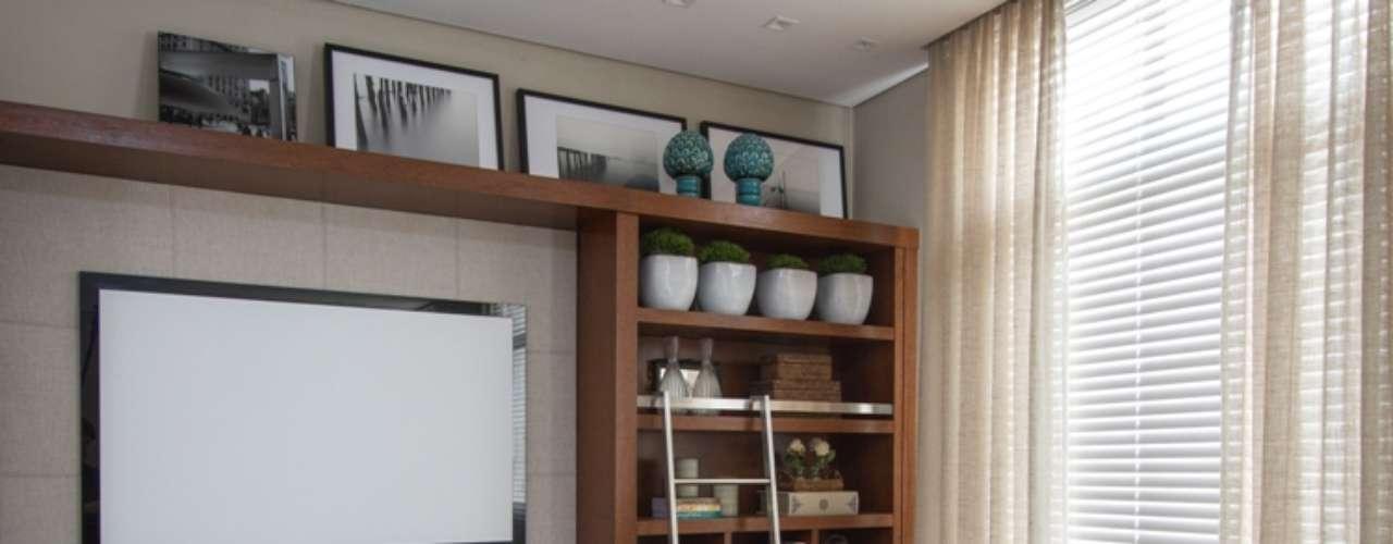 Utilizando-se da tecnologia para facilitar a vida de quem trabalha em casa, o projeto de Home Office e Biblioteca da Arquiteta de Celina Zapellini conta com lousa interativa, mirror screen (televisão que some do ambiente quando está desligada), persianas, som e iluminação automatizados