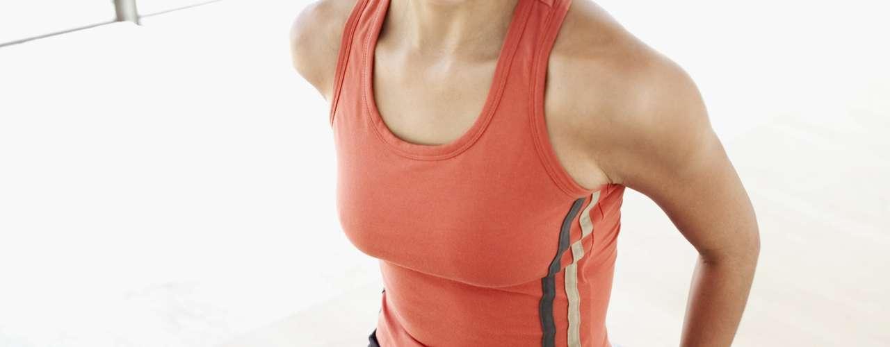 Ficar balançando para cima e para baixo em uma bola de estabilidade enquanto assiste televisão - 58 calorias