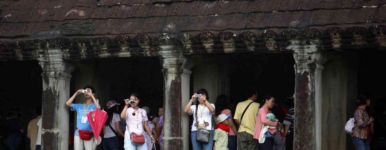 Camboja - Com atrações incríveis como o templo de Angkor Wat e o arquipélago de Koh Rang, o Camboja é um excelente destino para maravilhar-se com as belezas naturais e históricas no sudeste asiático. Tanto nas cidades como a capital, Phnom Penh e Siem Reap,  perto de Angkor Wat, quanto no interior do Camboja, os preços são realmente baixos para refeições, transportes e acomodações