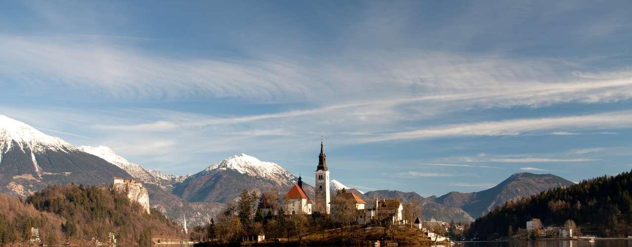 Eslovênia - Parte da ex-Iugoslávia, a Eslovênia é um pequeno país com apenas 2 milhões de habitantes, que se estende dos Alpes até o Mediterrâneo com praias, montanhas, rios, lagos e mais de 9 mil cavernas. Destino pouco frequentado pelo grande público, a Eslovênia mantém preços baixos para os padrões da Europa e têm curtas distâncias para viajar para outros destinos a partir da capital, Ljubjlana, o que reduz os custos em transporte