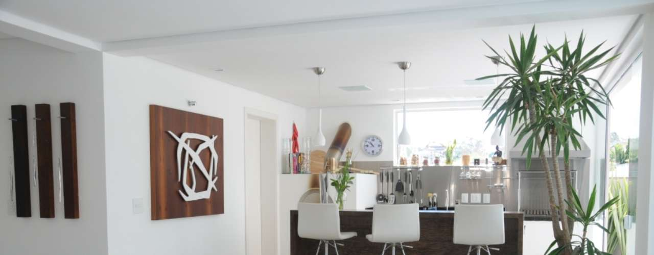 Neste ambiente concebido pelo arquiteto Marcus Carrasco e pela designer Renata Amado, a trama trançada aparece diversas vezes, como nos vasos e nas cadeiras. Informações: (11) 2228-1588