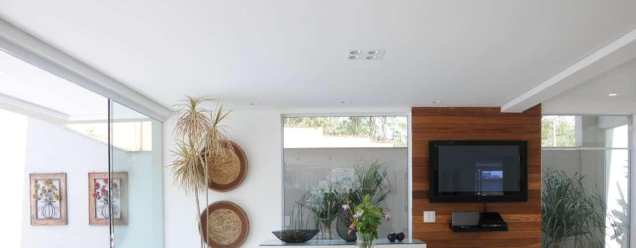 Apesar de rústicos, os acessórios estabelecem uma harmonia com a decoração clean