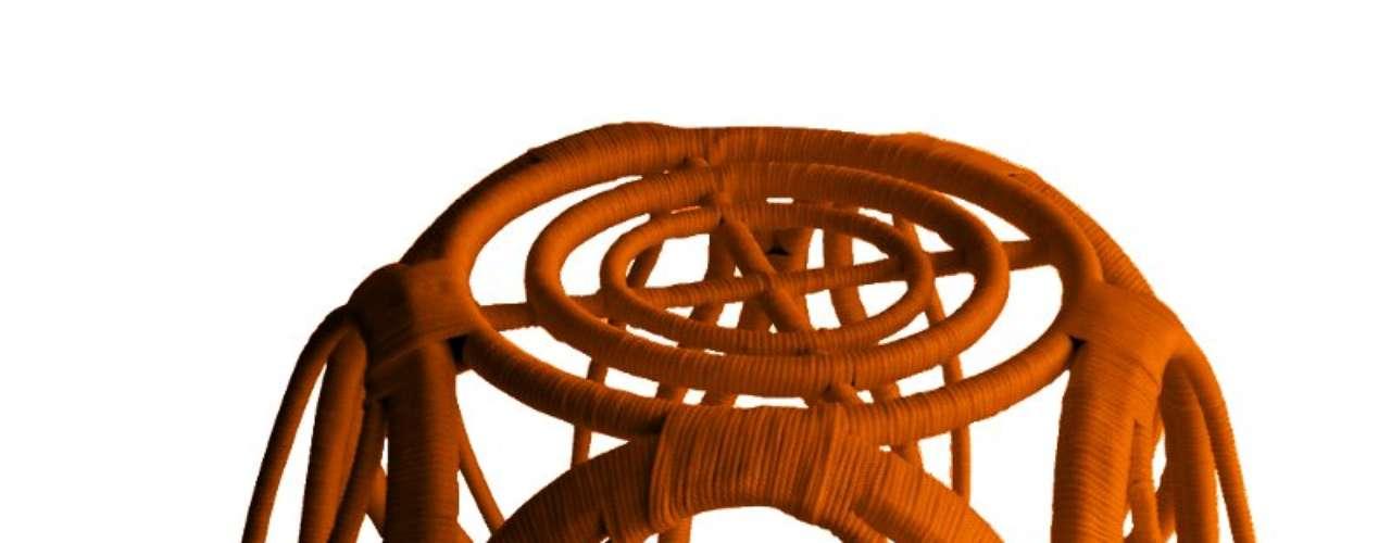 Os cestos, bancos e poltronas são confeccionados com estrutura de alumínio revestida de corda