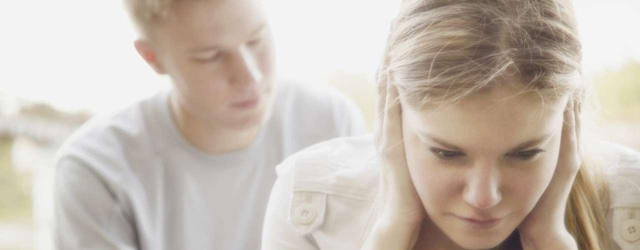 2. Ela está lhe dando muito espaço: ter momentos para fazer suas próprias coisas sozinho é saudável, mas se ela está querendo passar tempo demais longe de você, algo não vai bem. Pode ser que seu novo hobby seja outro homem
