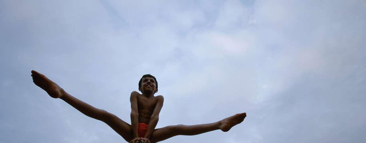 Antiga prática para preparar lutadores, o mallakhamb vem se tornando um esporte cada vez mais popular na Índia. A modalidade, muito semelhante à ginástica artística, é praticada de uma maneira extremamente simples e exige muito fisicamente de seus praticantes, que desafiam a lei da gravidade usando apenas cordas ou um poste de madeira
