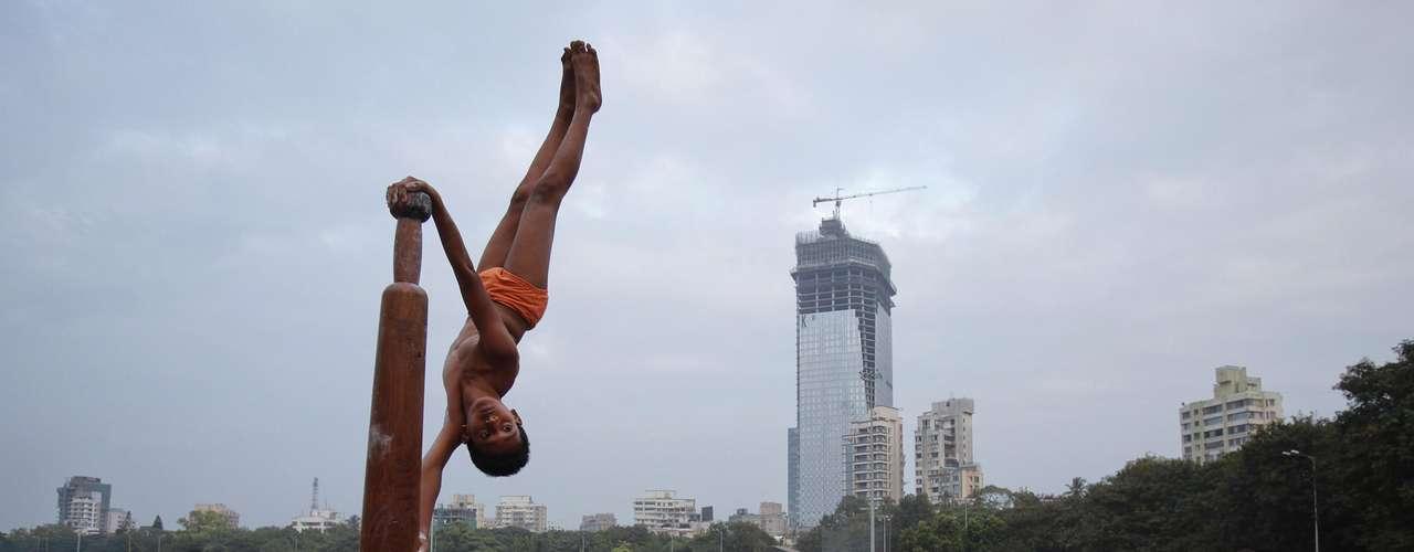 O mallakhamb vem se tornando cada vez mais popular no subcontinente, com homens, mulheres, adolescentes e crianças praticando a ginástica indiana