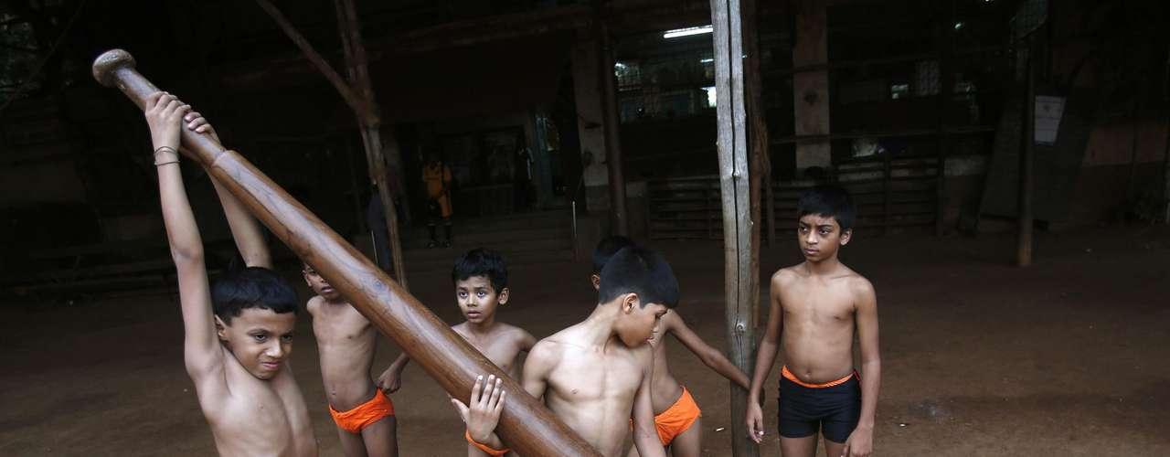 Garoto se prepara para realizar exercício do mallakhamb