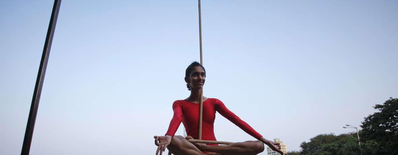 No mallakhamb, atletas realizam posições de ioga e da própria ginástica artística, com auxílio apenas de uma corda ou de um poste