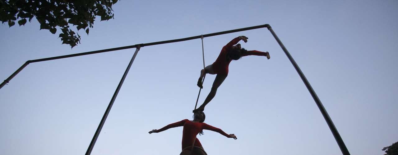 O mallakhamb surgiu em meados do século 12 na Índia e servia para ajudar no condicionamento físico de lutadores