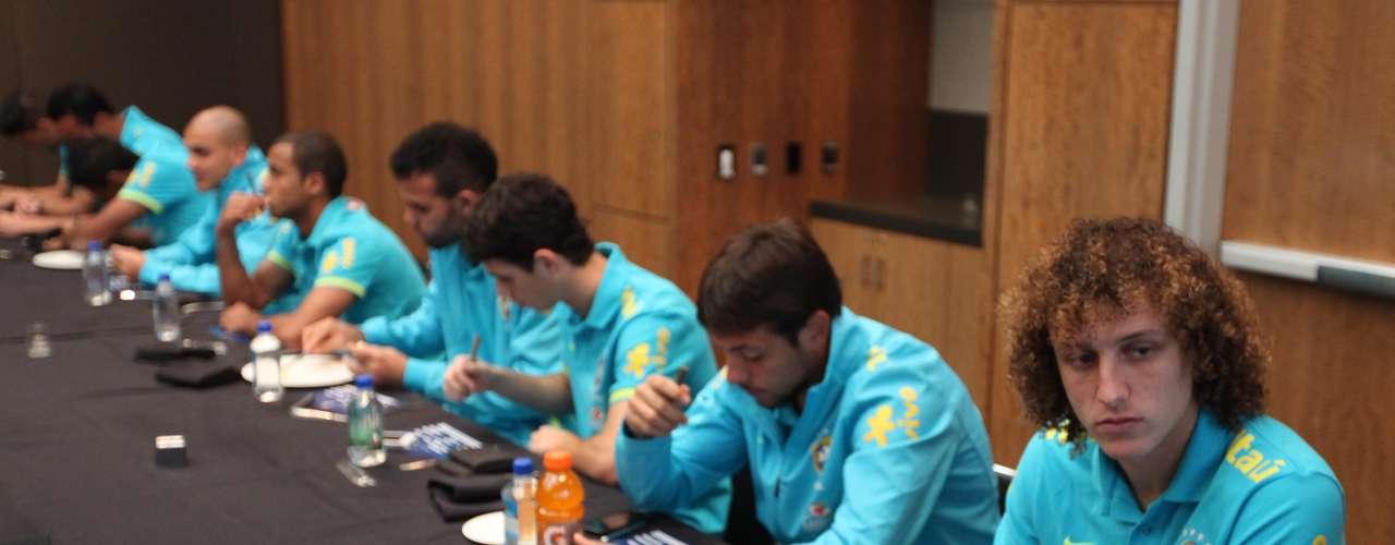 Antes do treino desta terça-feira para o duelo de quarta com a Colômbia em Nova Jersey, nos Estados Unidos, os jogadores da Seleção Brasileira foram convidados a votar na eleição de melhor jogador do Campeonato Brasileiro de 2012