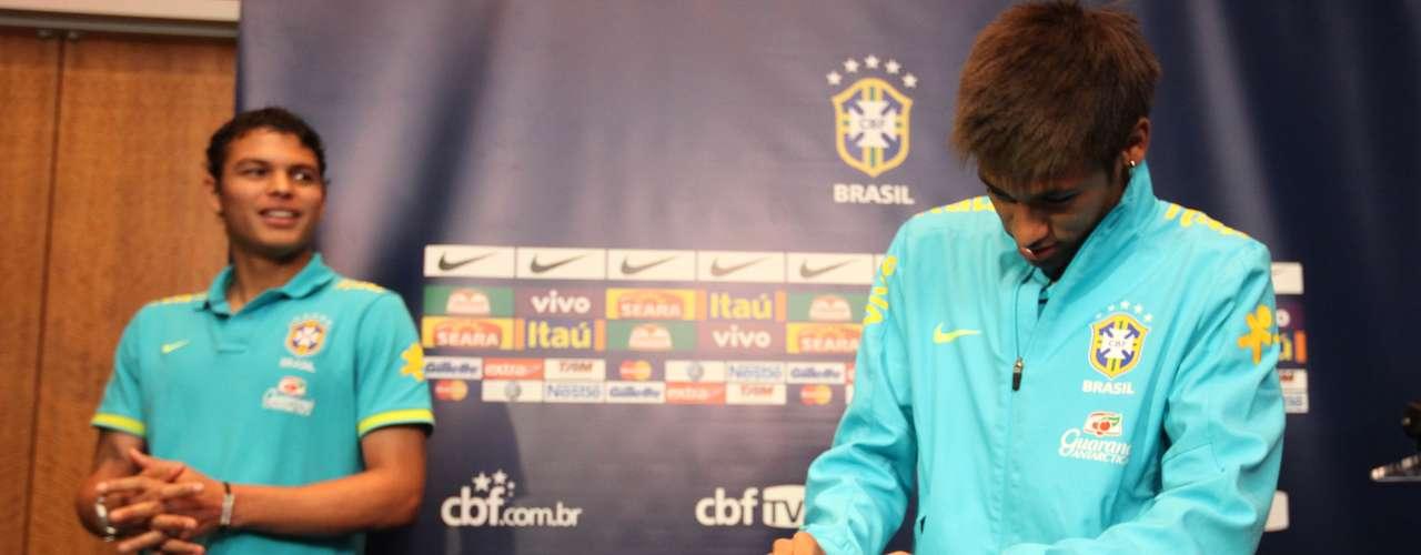 Neymar registrou seu voto e também concedeu entrevista aos jornalistas presentes