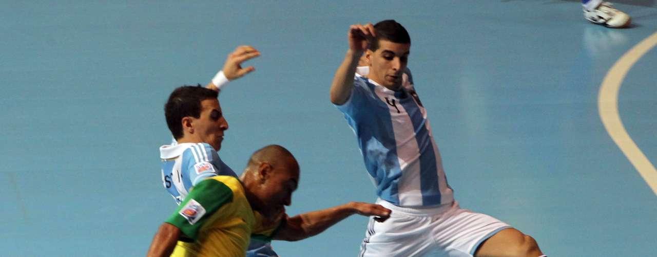 Brasil fez um primeiro tempo ruim e saiu perdendo por 2 a 0 diante da Argentina
