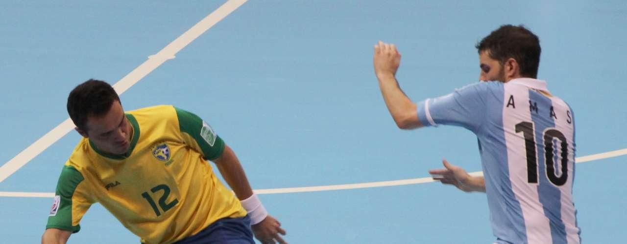 Após marcar o terceiro gol brasileiro, o ala não conseguiu segurar o choro na comemoração
