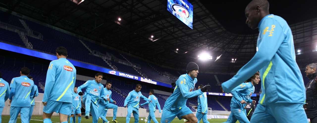 Os 19 jogadores convocados treinaram sob frio de aproximadamente 7º C por cerca de 90 minutos