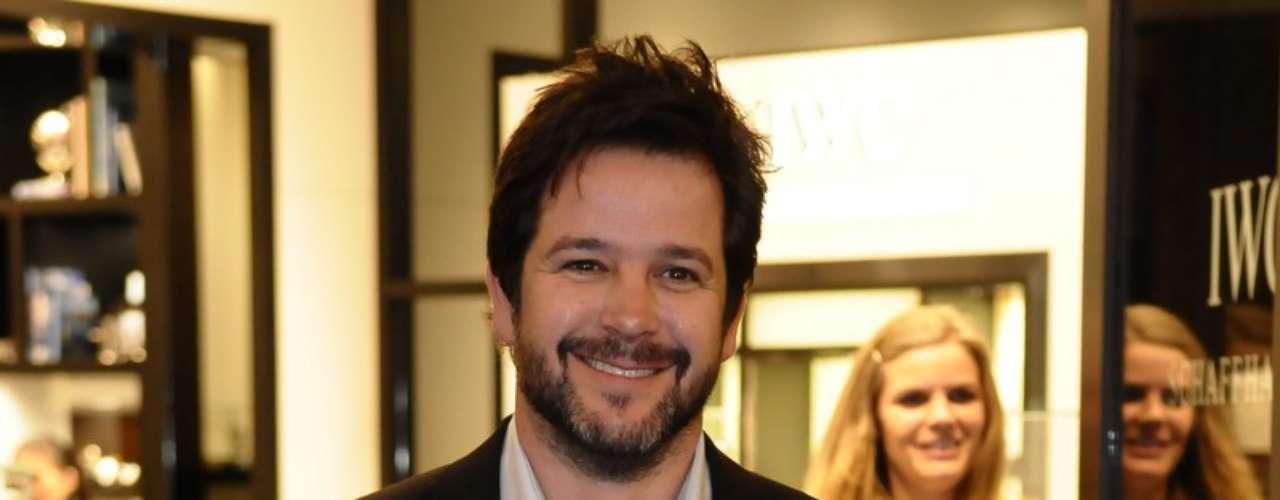 Murilo Benício foi à inauguração com terno e camisa semi-aberta
