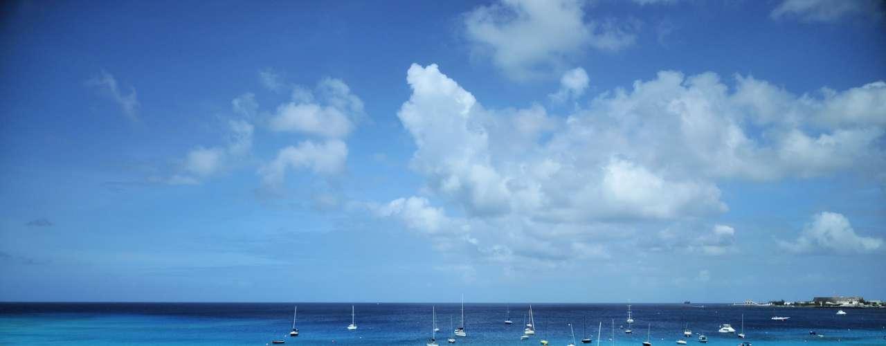 Barbados: essa ilha tem tudo o que você pode esperar do Caribe: sol, mar, areia e simpatia. Além disso, o imposto de propriedade é baixo e a temperatura média é de 26°C.