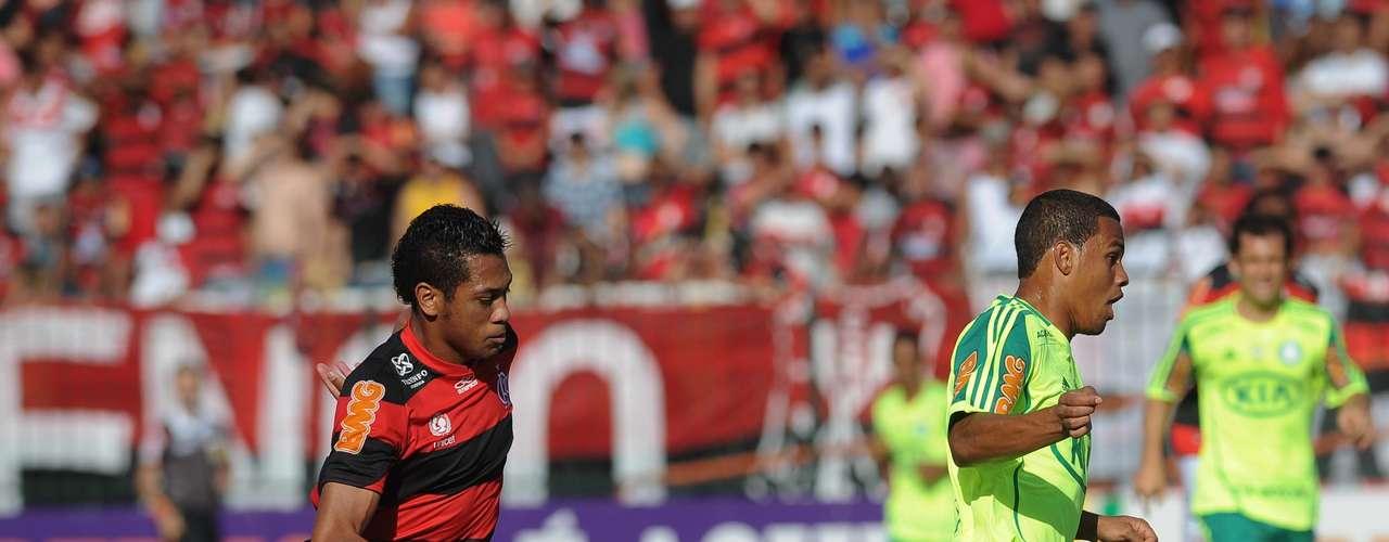 Dispensado pelo Palmeiras, o lateral direito Artur poderia parar na Ponte Preta