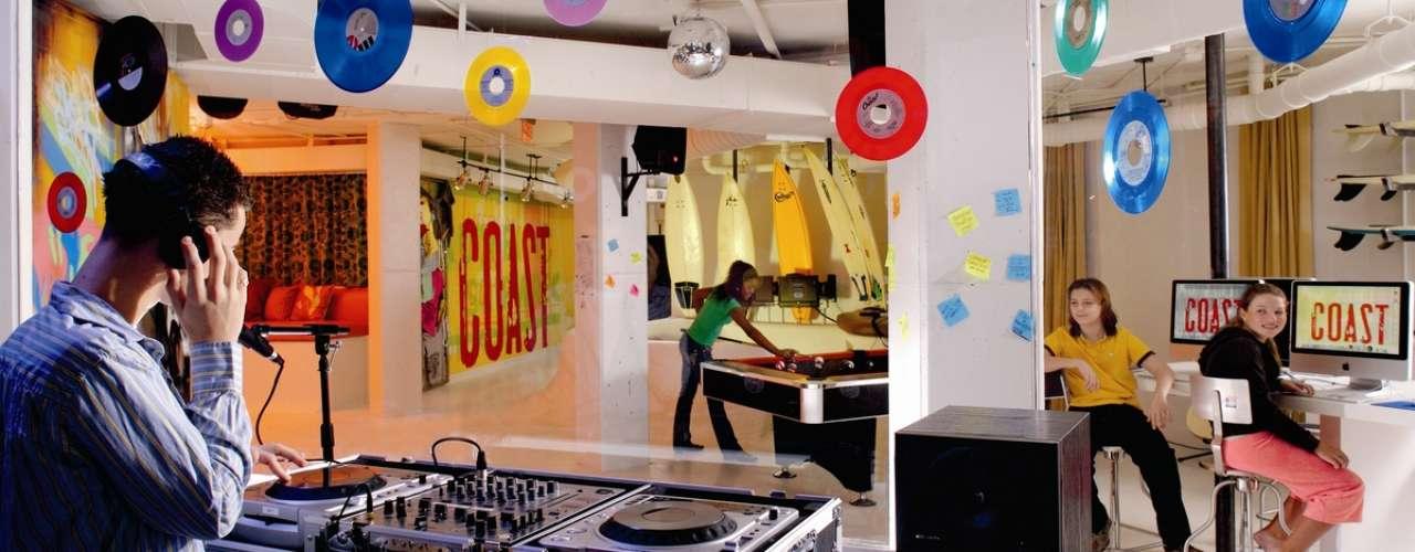 Estúdio de gravação, The Ritz-Carlton, Palm Beach: os jovens que curtem música podem se aventurar como DJ iniciante, criando trilhas sonoras próprias, que podem ser gravadas em seus iPods. Além do estúdio de gravação, o resort mantém ainda um salão de beleza específico para os adolescentes