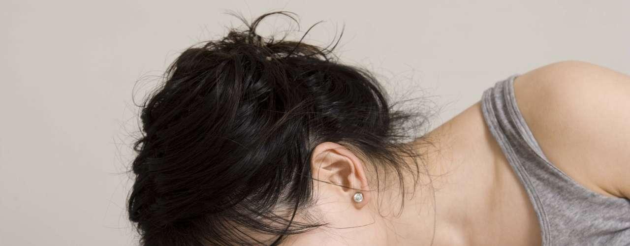 Como é feita a cesariana? A cesariana é um procedimento cirúrgico em que é preciso fazer uma anestesia, que pode ser a raquiana ou peridural. As duas são aplicadas nas vértebras das costas. De acordo com o ginecologista e obstetra Alberto Jorge Guimarães, como a peridural demora um pouco mais para fazer efeito e as mulheres sentem a movimentação durante a cirurgia, é mais comum o uso da raquiana. Depois disso, é feita uma sondagem, antissepsia (limpeza especial) e uma incisão por sete camadas até chegar ao bebê