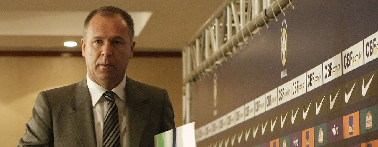 26 de julho de 2010: em sua primeira convocação, Mano Menezes optou pela renovação de grande parte do time que foi derrotado nas quartas de final da Copa do Mundo de 2010. Nomes como Neymar e Ganso foram chamados e somente quatro remanescentes do Mundial estiveram na primeira lista do treinador