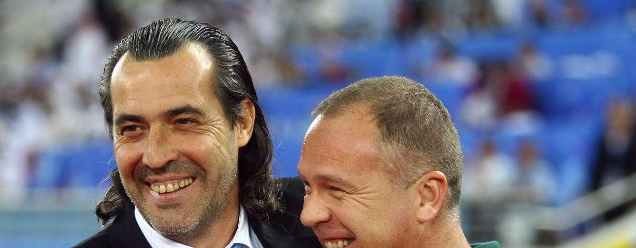 17 de novembro de 2010: depois da estreia empolgante contra os Estados Unidos, o treinador deixou Neymar de fora por conta de indisciplina e somou mais duas vitórias contra Irã e Ucrânia. No seu primeiro grande desafio, porém, acabou derrotado pela Argentina, por 1 a 0, em amistoso realizado no Catar