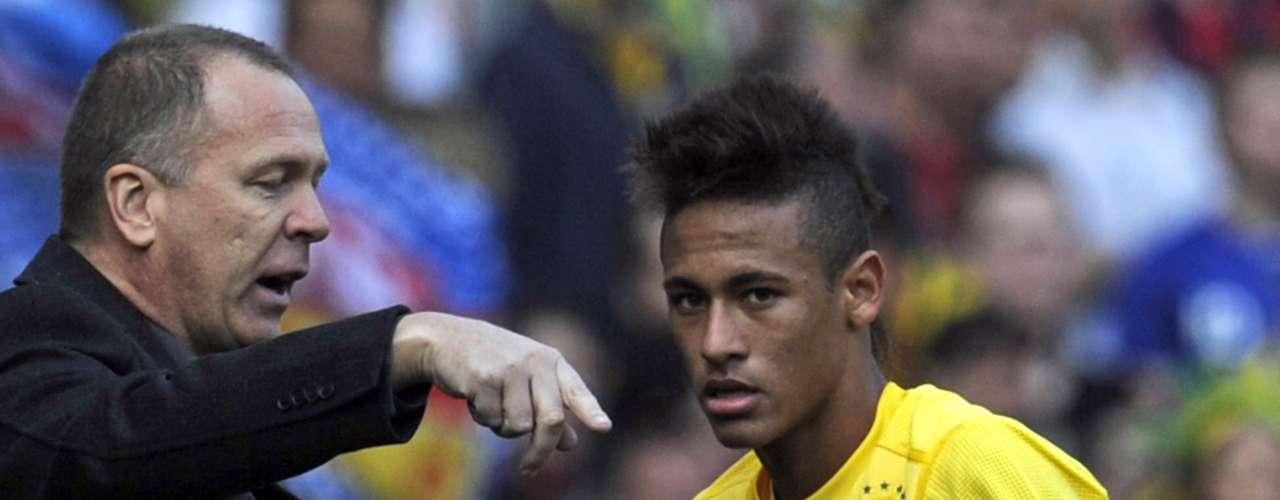27 de março: após a derrota para os franceses, o time de Mano Menezes se recuperou ao passar pela Escócia, em amistoso, por 2 a 0. O grande nome da partida foi o atacante Neymar