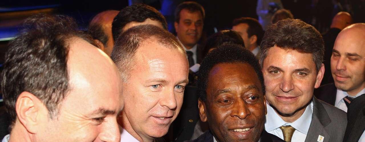 30 de julho de 2011: apesar da eliminação, o treinador seguia com a confiança do então presidente da CBF, Ricardo Teixeira. Ao lado de Pelé, Mano foi uma das atrações do sorteio de Eliminatórias da Copa de 2014, realizado no Rio de Janeiro