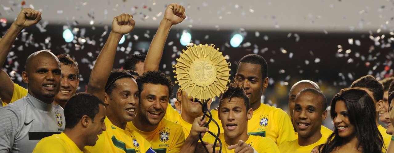 28 de setembro de 2011: com dúvidas em torno do seu trabalho, Mano pode ao menos comemorar um título na temporada. Com jogadores que atuavam apenas em clubes brasileiros, o treinador viu sua equipe vencer a Argentina, por 2 a 0, e levantar a taça do Superclássico das Américas, em sua primeira edição