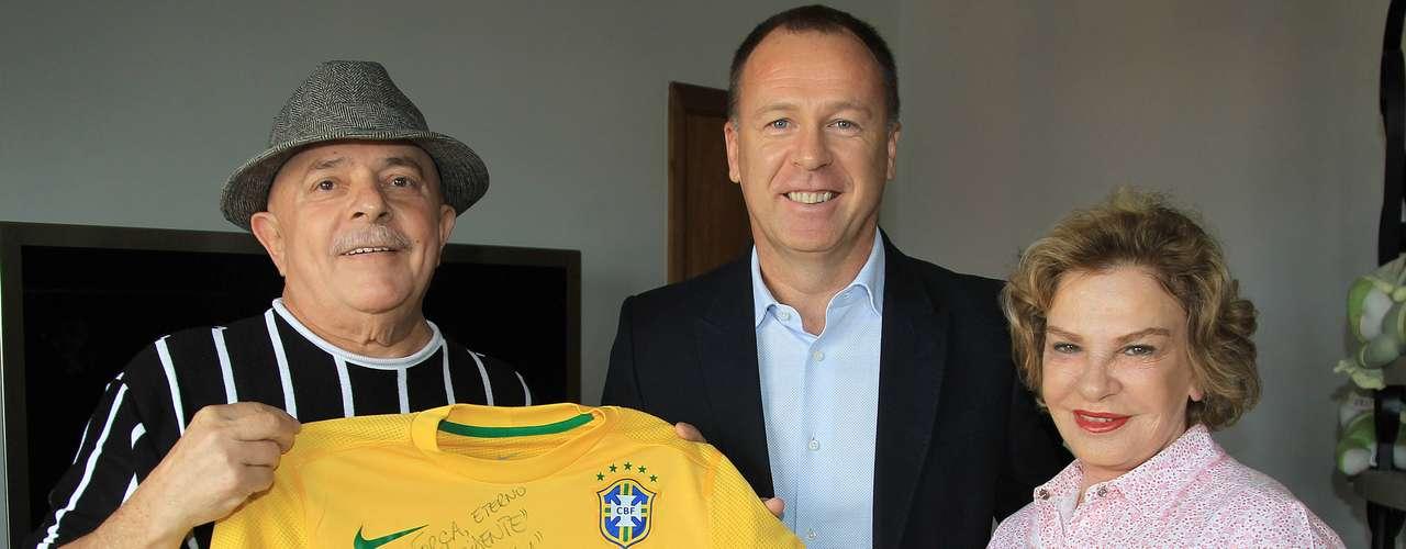 18 de novembro de 2011: mesmo enfrentando adversários sem grande nome, Mano encerrou o ano feliz com o desempenho do Brasil. Com sorriso no rosto, encontrou o ex-presidente Lula após voltar da viagem pelo Catar