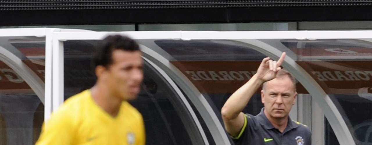9 de junho de 2012: nos primeiros jogos do ano, o treinador acumulou vitórias sobre Bósnia, Dinamarca e Estados Unidos, mas seguia sem conseguir vencer seleções de grande porte. Apesar de boa exibição, o treinador viu Messi brilhar e a equipe principal da Argentina vencer o Brasil por 4 a 3, em amistoso realizado nos Estados Unidos. Seis dias antes, a equipe já tinha sido derrotada pelo México, por 2 a 0