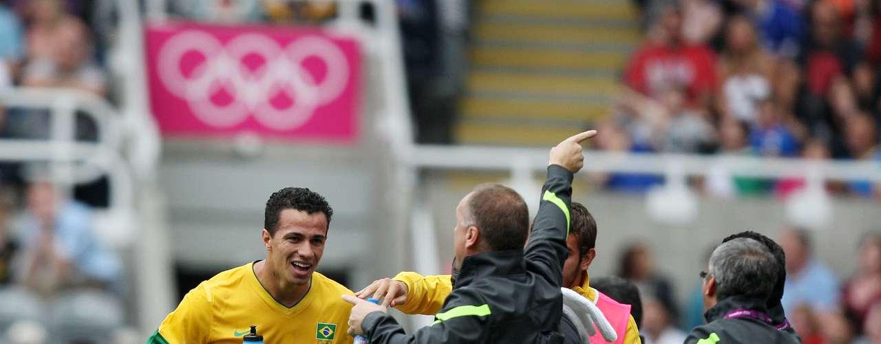 4 de agosto de 2012: após boas exibições contra Bielorrússia e Nova Zelândia e encerrando a primeira fase com 100% de aproveitamento, a Seleção foi como principal candidata ao título para as quartas de final. Porém, quase que o time de Mano parou nas quartas de final, enfrentando a pouco conhecida Honduras. Em jogo suado, o grupo verde e amarelo venceu por 3 a 2