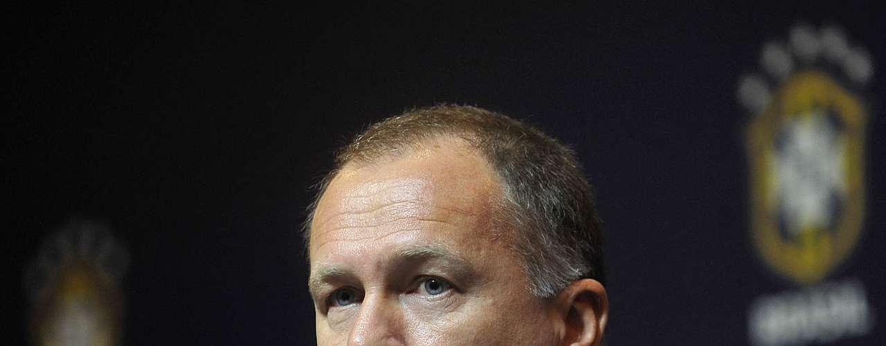 Em decisão surpreendente do presidente José Maria Marin, Mano Menezes acabou demitido após o título em La Bombonera. Em 40 jogos, o treinador acumulou 27 vitórias, 6 empates e 7 derrotas no comando da Seleção