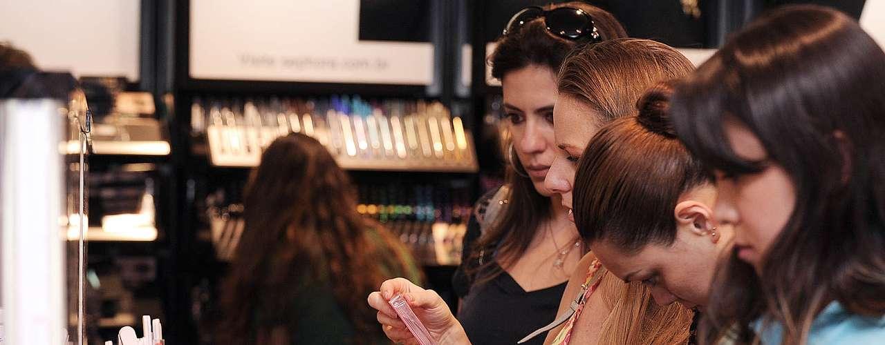 Os produtos da Sephora, que vão de maquiagem até esmaltes - em parceria com a O.P.I - estão expostos em uma área destacada. Aquelas eufóricas pelas compras, mas que não querem gastar tanto, podem optar por esses produtos. É possível encontrar esmalte por R$19 que, em relação com o da Lancôme, por exemplo, que custa R$ 97, gera uma boa economia