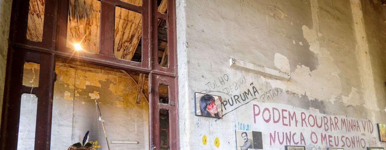 Local conta com mensagem de apoio escrita na parede