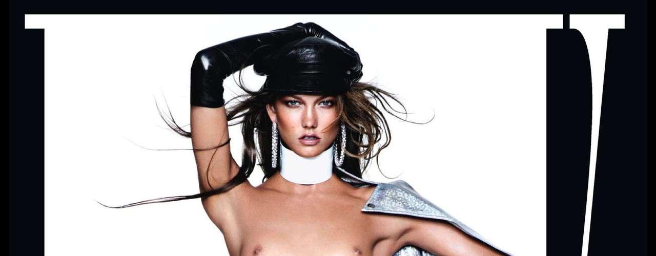 A foto da modelo Karlie Kloss, a número 2 do mundo, causou polêmica pois teria sido retocado no Photoshop gerando uma deformação na axila esquerda