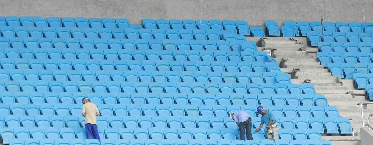 Funcionários trabalham na colocação de cadeiras na Arena do Grêmio
