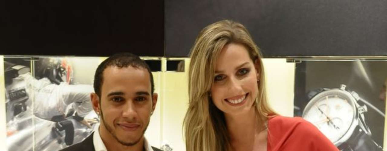 Hamilton posou ao lado de Mariana Weickert, outra convidada