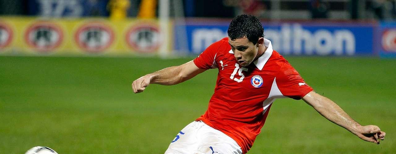 O Santos pode buscar fora do Brasil um nome para substituir Juan na lateral esquerda: Eugenio Mena, da Universidad de Chile, está negociando com o clube da Vila Belmiro