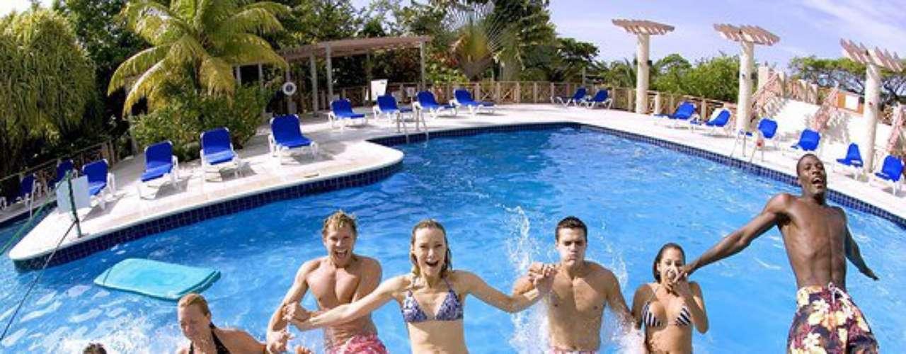 No resort Hedonism, na Jamaica, a integração é garantida entre casais e solteiros, principalmente à beira da piscina