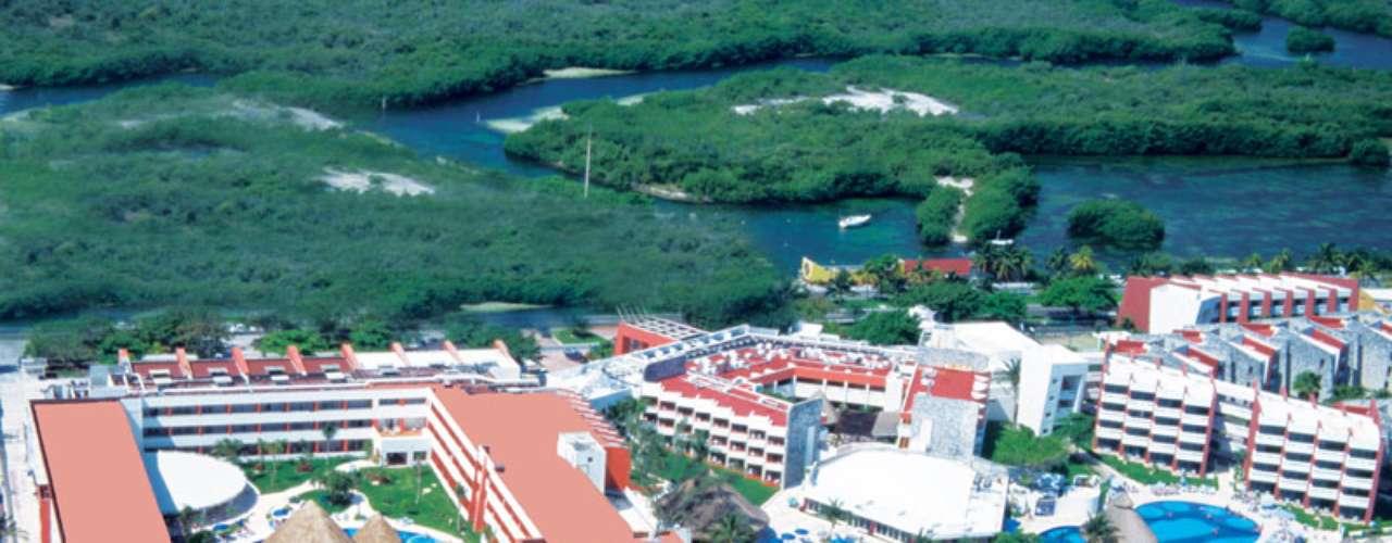 All inclusive com 384 suítes, sete jacuzzis, três piscinas com topless opcional, Temptation Resort Spa Cancun hospeda casais e solteiros com mais de 21 anos