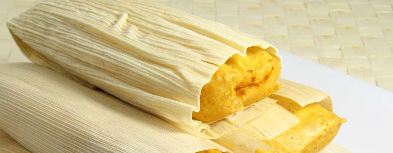 Existem muitas variações de tamales no México. Basicamente, trata-se de uma massa à base de milho envolta por uma folha do cereal ou de bananeira. O recheio pode ser doce ou salgado. É tradicionalmente servido em festas de batizado, casamentos e feriados
