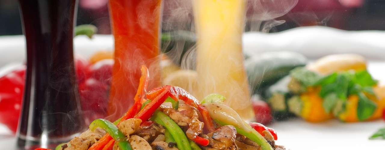 A fajita, originalmente feita de carne vermelha grelhada, é um cozido com cebola e pimentão. Hoje já é preparada com frango e até frutos do mar, como o camarão