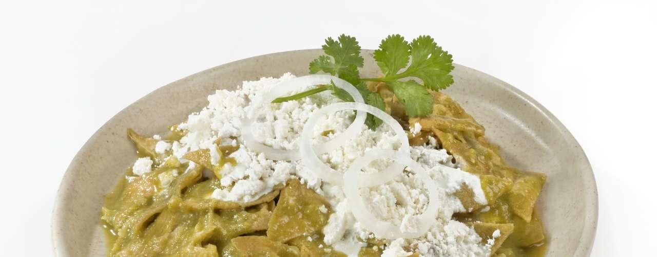 Os chilaquiles são tortillas de milho cobertas por molho vermelho ou verde. Pode acompanhar ovos mexidos, pimentas, tiras de frango e cebola