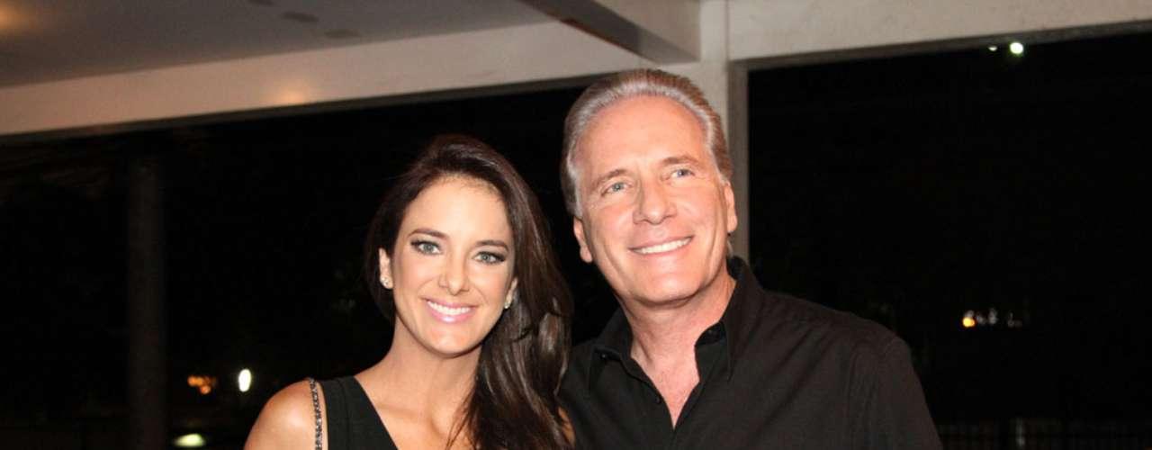 Ticiane Pinheiro, agora com o cabelo escuro, chamou atenção ao lado do marido, o apresentador Roberto Justus