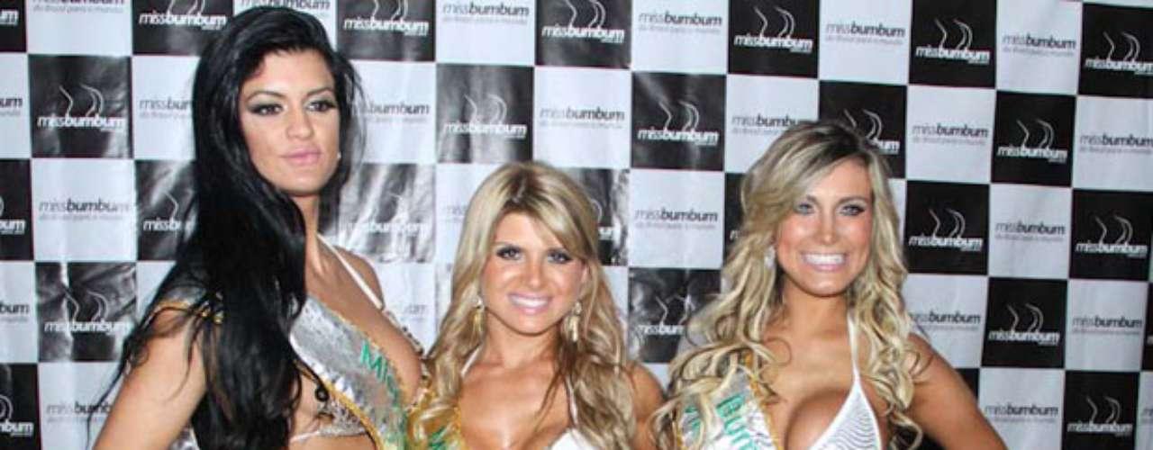 A Miss Bumbum 2012 Carina Felizardo (C) posou ao lado da vice Andressa Urach (D) e do terceiro lugar, Camila Vernaglia (D)
