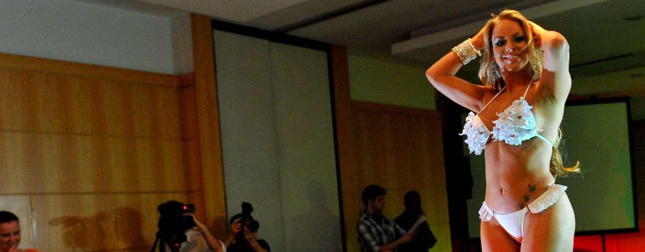 Jéssica Lopes, que ficou conhecida como A Peladona de Congonhas, representante da Paraíba, desfilou com biquíni branco com babados