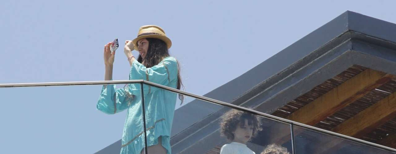 Nesse domingo (2), antes do show de Madonna, a modelo brasileira Michelle Alves esteve na piscina do mesmo hotel da cantora