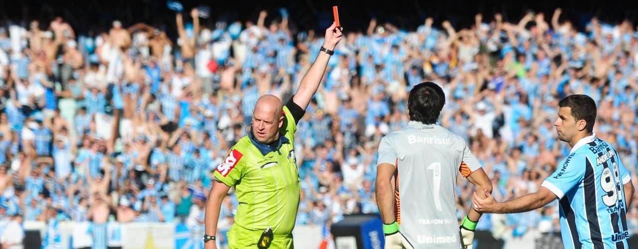 Elano tentou encobrir Muriel, mas ele saiu da área e tocou com a mão. Como seria uma chance clara de gol, o juiz Heber Roberto Lopes expulsou o goleiro do Inter