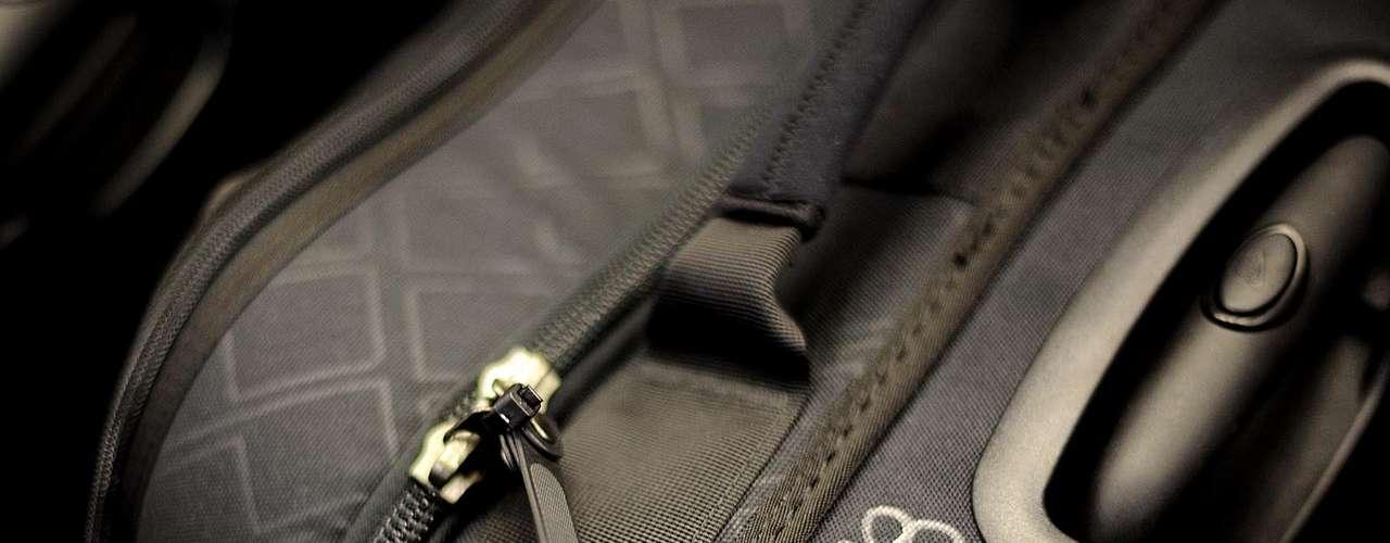 Detalhe da mala de Paulinho, que pode ser crucial para o Corinthians no Mundial