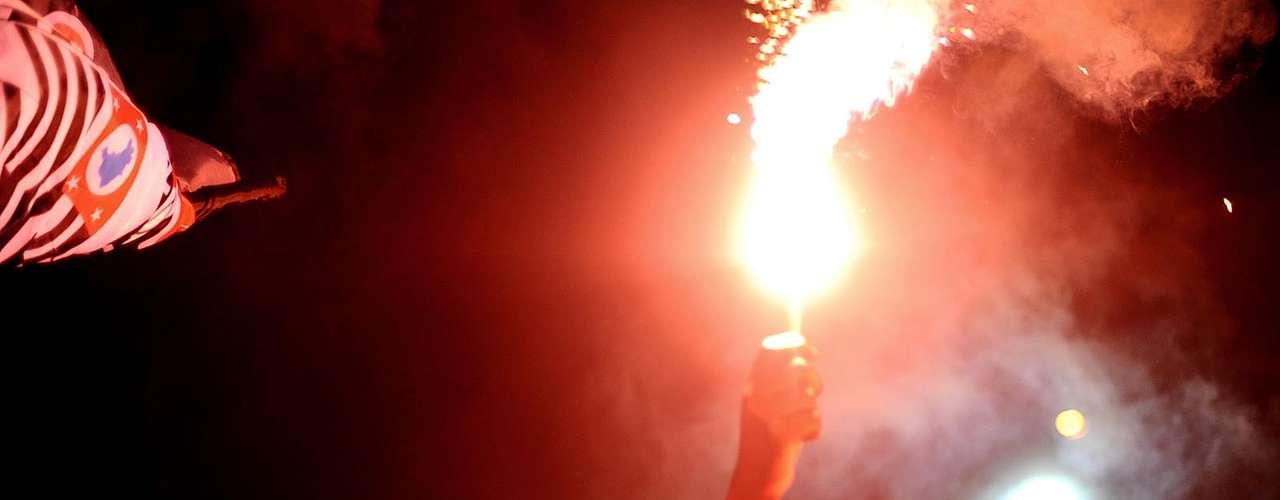 Festa de luz e fumaça embalou a gritaria dos corintianos antes do embarque do time para o Mundial